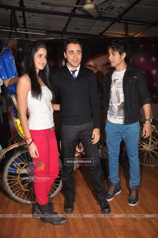 Katrina Kaif, Ali Zafar and Imran Khan on the sets of Just Dance to promote Mere Brother Ki Dulhan (156533)