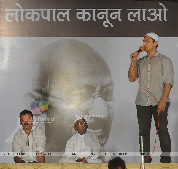Aamir Khan and Rajkumar Hirani with Anna Hazare at Ramlila Maidan in Delhi