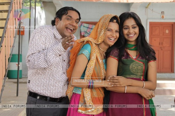 Mugdha with co-stars on the sets of Sajan Re Jhoot Mat Bolo