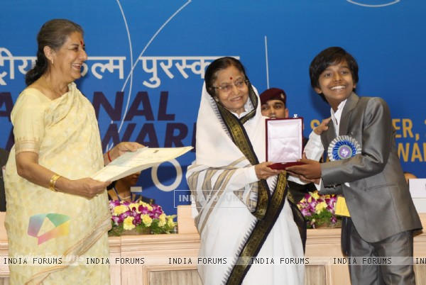 President Pratibha Devisingh Patil and Union Minister Ambika Soni  presenting the ''Best Child Actor