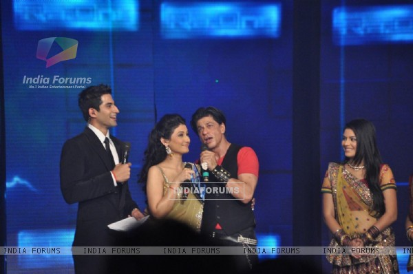 Shah Rukh with Ragini Khanna, Vivan Bhathena and Pooja Gor at Ra.One music launch