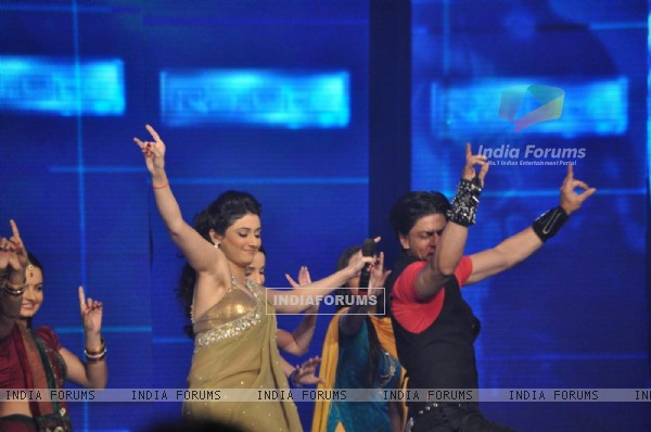 Shah Rukh shaking legs with Ragini Khanna at Ra.One music launch