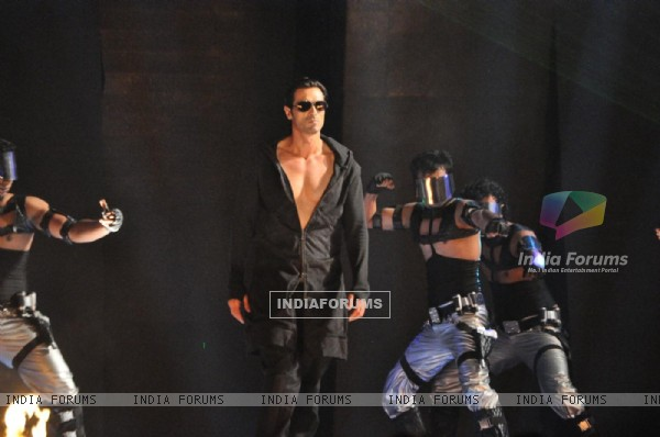 Arjun Rampal rock the floor at Ra.One music launch