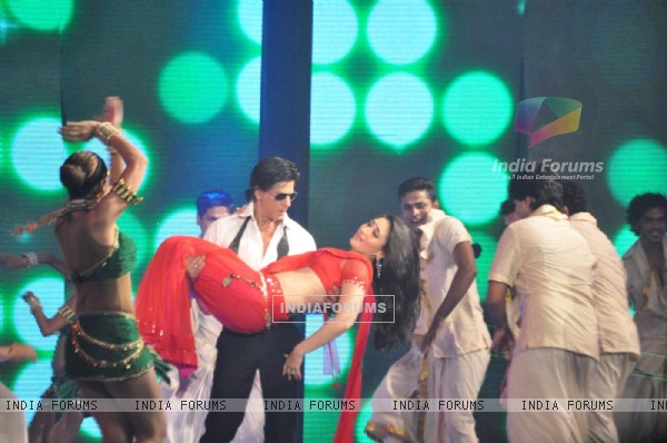 Shah Rukh Khan and Kareena Kapoor rock the floor on the Ra.One music launch