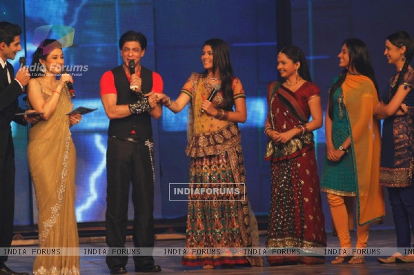 Shah Rukh with Ragini Khanna, Giaa Manek, Pooja Gor and Sanaya Irani at Ra.One music launch