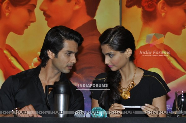 Sonam and Shahid Kapoor at Press Conference of Film 'Mausam' (158959)