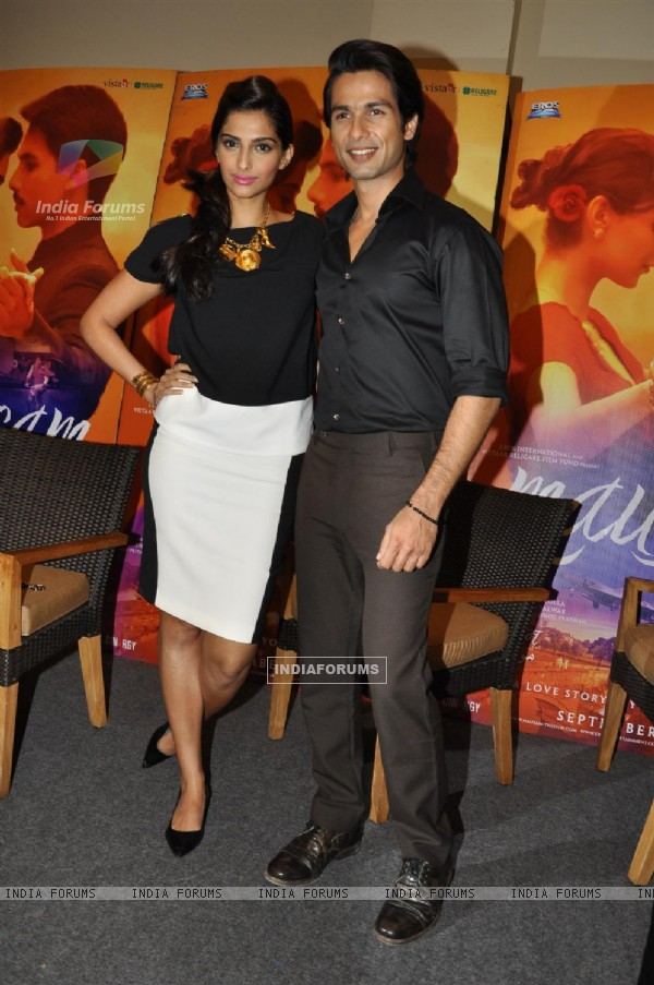 Sonam and Shahid Kapoor at Press Conference of Film 'Mausam' (158964)