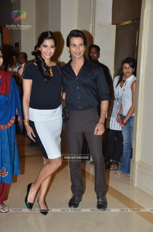 Shahid Kapoor and Sonam Kapoor at Press Conference of Film 'Mausam' on IAF issues at JW Marriott (158984)