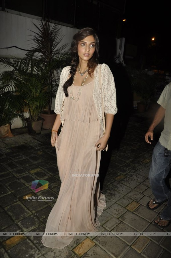 Sonam Kapoor at 'Mere Brother Ki Dulhan' success bash (159215)