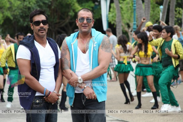 Sanjay Dutt and Ajay Devgn in the movie Rascals (159236)