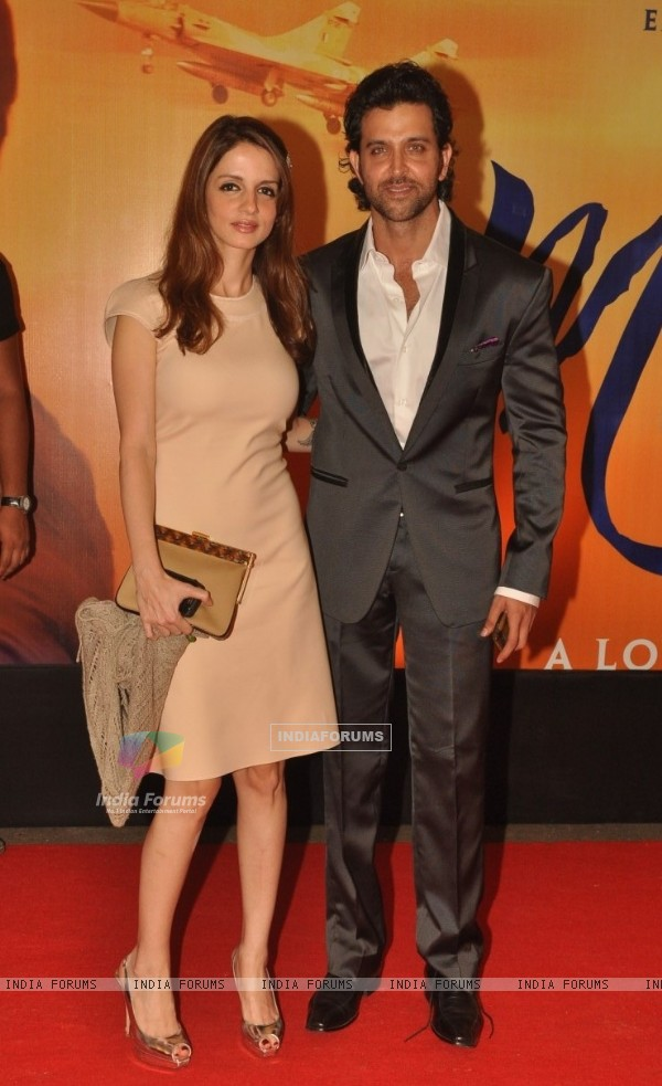 Hrithik Roshan posing with his wife Sussanne Roshan at Premiere of film 'Mausam' at Imax, Wadala (160551)