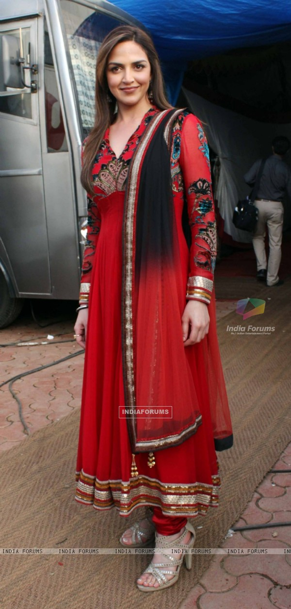 Esha Deol on the sets of India's Got Talent 3 for promotion of film 'Tell Me O Khuda' at Filmcity
