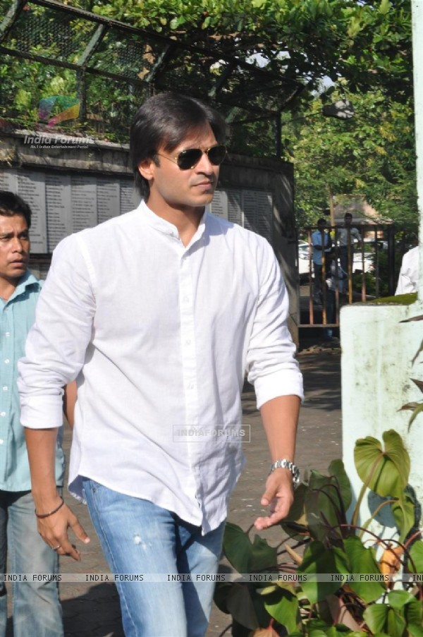 Vivek Oberoi at Producer Surinder Kapoor funeral at Vile Parle in Mumbai