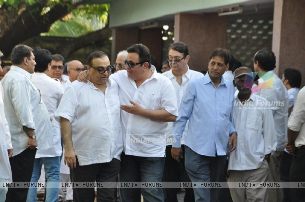 Rishi and Randhir Kapoor at Producer Surinder Kapoor funeral at Vile Parle in Mumbai