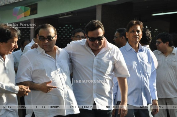 Rishi Kapoor at Producer Surinder Kapoor funeral at Vile Parle in Mumbai