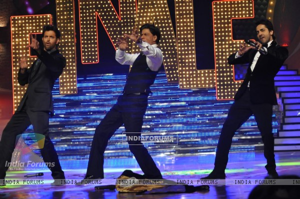 Shah Rukh Khan, Ayushmann and Hrithik Roshan at the finale of Just Dance at Filmcity, Mumbai