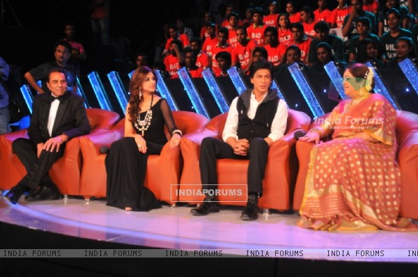 Shah Rukh Khan, Dharmendra, Sonali and Kirron Kher on the sets of India's Got Talent 3 finale
