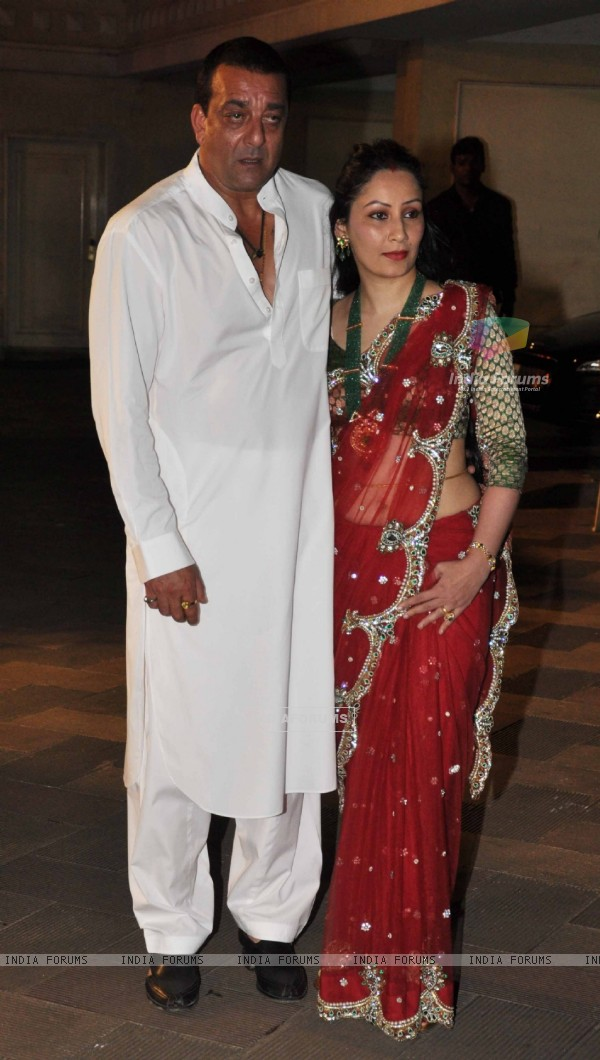 Sanjay Dutt's and Manyata grace Mata Ki Chowki in Bandra