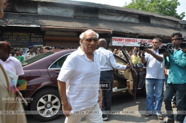 Yash Raj Chopra at Funeral of Legendery Gazal Singer 'Jagjit Singh' at Chandanwadi Crematorium