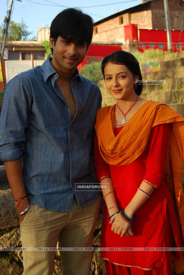 Shrenu Parikh as Aastha and Kunal Verma as Atharva