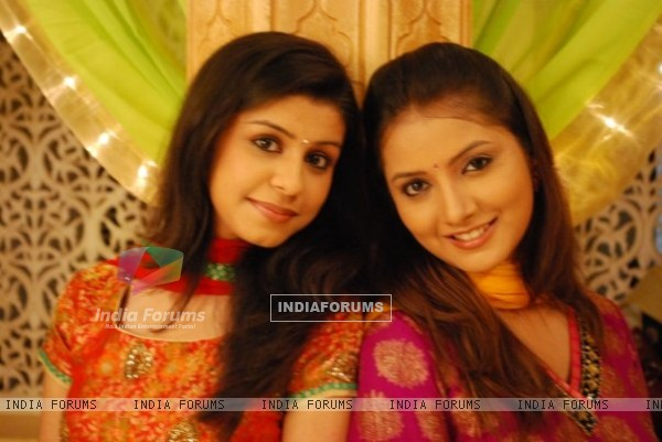 Neha Saroopa and Nidhi Uttam as Rashmi and Nandini