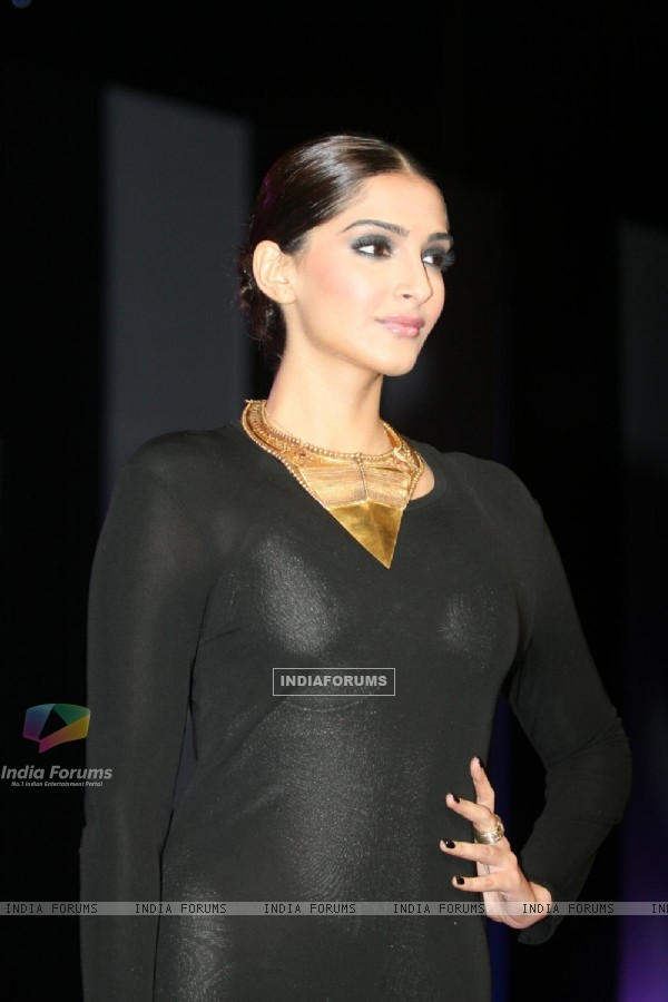 Sonam Kapoor walks the ramp at Kingfisher Calendar Girl 2011 contest in Mumbai