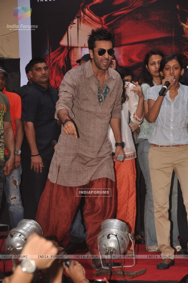 Ranbir Kapoor promote 'Rockstar' at MMK college (165112)
