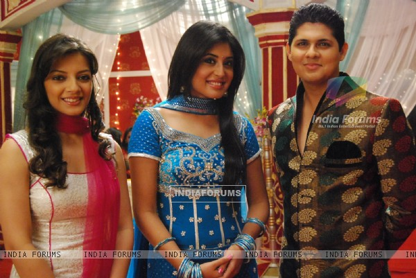 Dr. Nidhi with Anji and Dr. Ranganth in tv show Kuch Toh Log Kahenge
