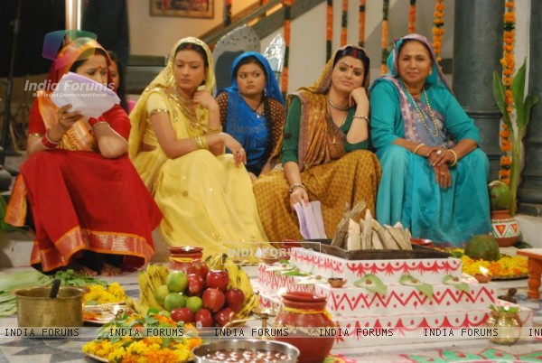Pratigya ladies waiting for shoot