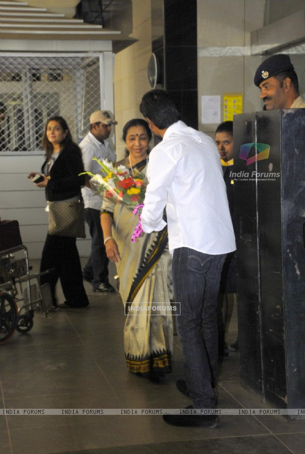 Asha Bhosle arrived from London after attending the Asian awards function at Chatrapati Shivaji Inte