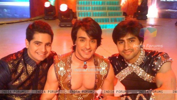 Harshad Chopra with Angad Hasija and Karan Mehra at their performance in Star Pariwar Awards 2011