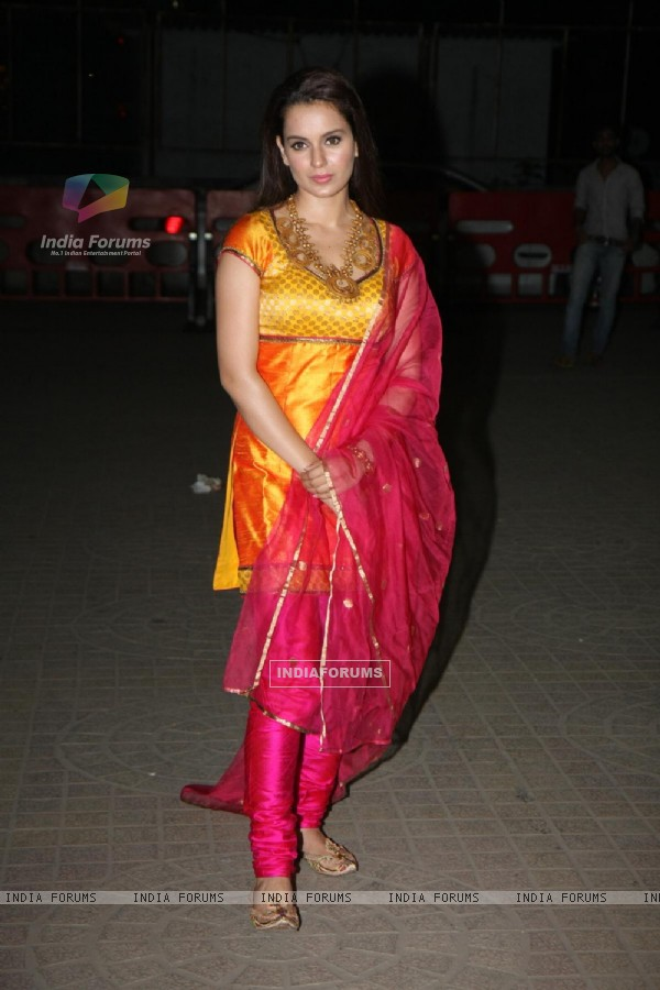 Kangna Ranaut celebrate Diwali with their film 'Miley Naa Miley Hum' at Fame Cinemas in Andheri