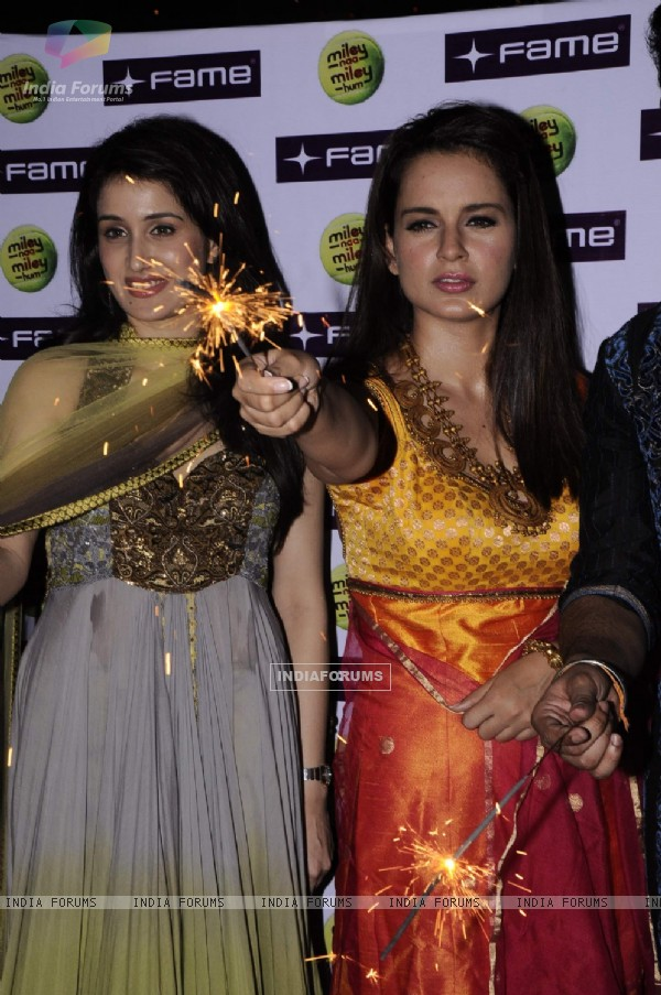 Kangana and Sagarika at Diwali celebrations to promote Miley Na Miley Hum at Fame