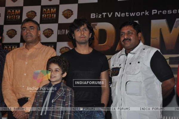 Sohan Roy with Sonu Niigam and Rajit Kapoor at press meet of 3D movie 'Dam 999' in Mumbai