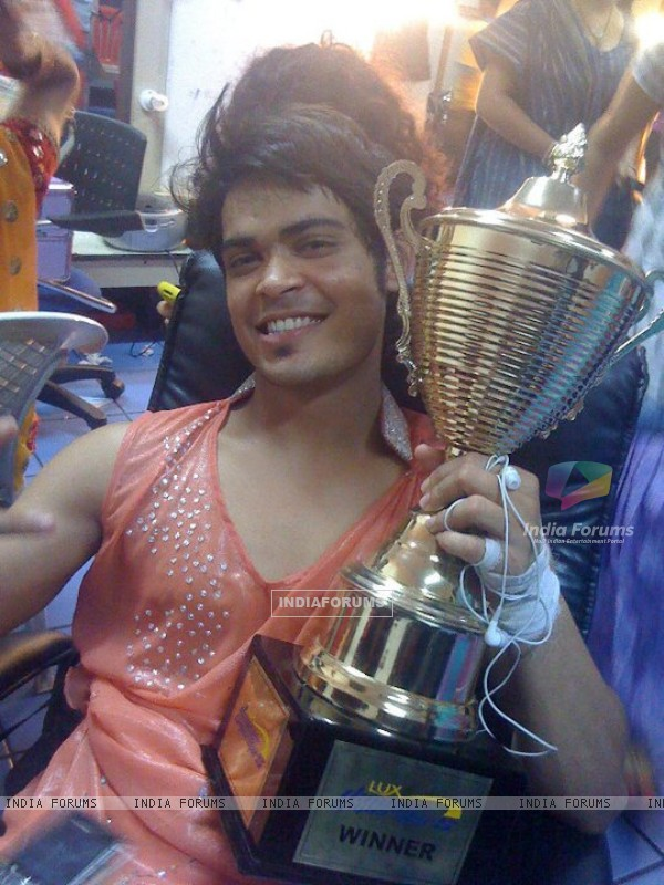 Kunwar Amarjeet Singh in Dance Kai Superstars winner's trophy