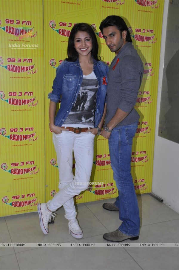 Anushaka Sharma and Ranveer Singh promote their film 'Ladies vs Ricky Bahl' at 98.3 FM Radio Mirchi studio (172567)