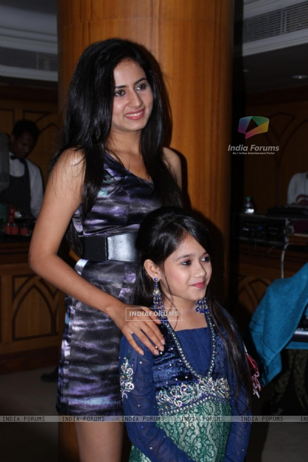 Sargun Mehta with Jannat Zubair Rahmani grace completino of 200 episodes of Phulwa
