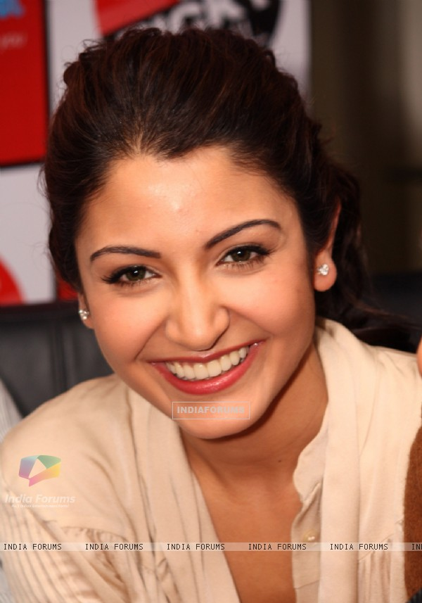"Anushka Sharma at Reliance Digital to promote her film ""Ladies vs Ricky Bahl"" in New Delhi (173522)"