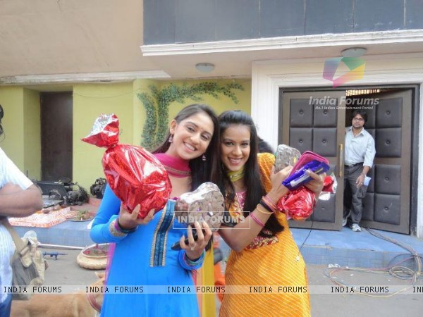 Krystle with Nia on the sets of Ek Hazaaron Mein Meri Behna Hain