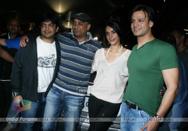 Vivek Oberoi and Mallika Sherawat promote their latest film 'Kismat Love Paisa Dilli' at Mumbai Airport