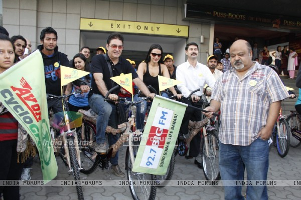 Neha Dupia, Vinay Pathak, Saurabh Shukla & Hockey player Yuvraj Valmaki at 92.7 BIG FM Cyclogreen rally