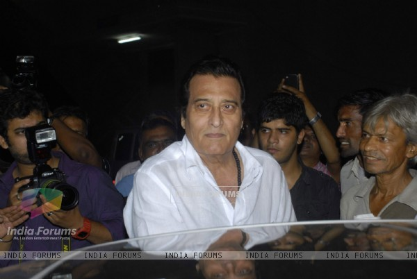 Vinod Khanna pays respect at Dev Anand's prayer meet at Mehboob studio.