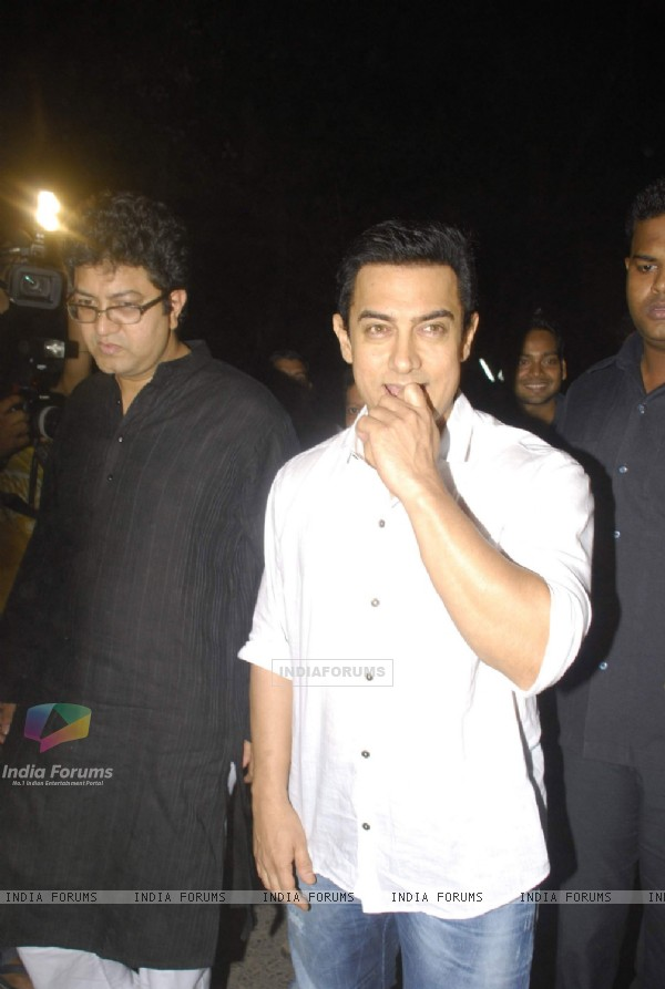 Aamir Khan pays respect at Dev Anand's prayer meet