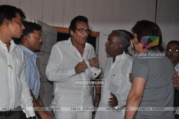 Vinod Khanna pays respect at Dev Anand's prayer meet