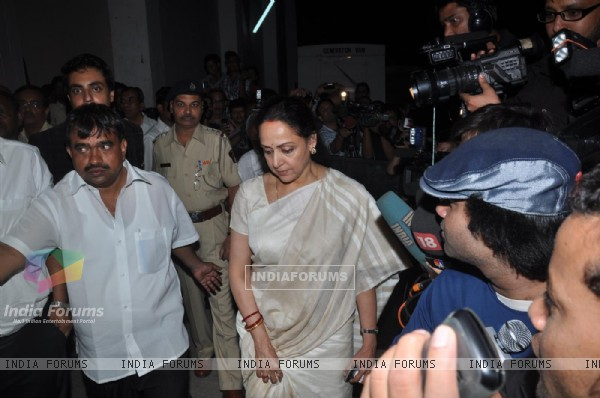 Hema Malini pays respect at Dev Anand's prayer meet