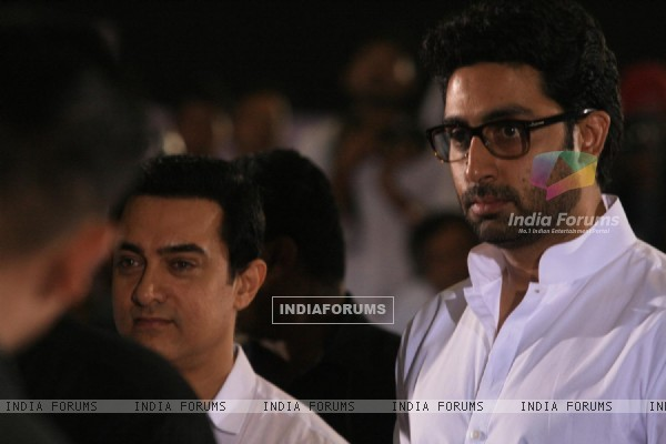 Abhishek Bachchan and Aamir Khan pays respect at Dev Anand's prayer meet