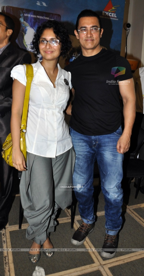Aamir Khan with wife Kiran Rao launches DVD of their film DHOBI GHAT at the Crossword store in Mumbai (176048)