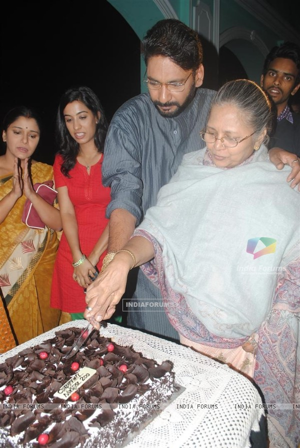 Cast celebrate 200 episodes of Navya