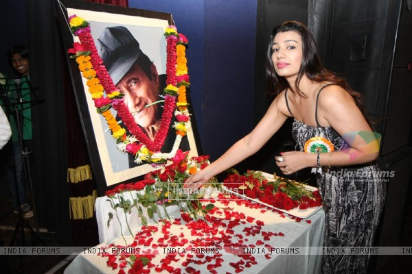 Mink Brar pays Tribute to Dev Anand by 23 Ladies Musician