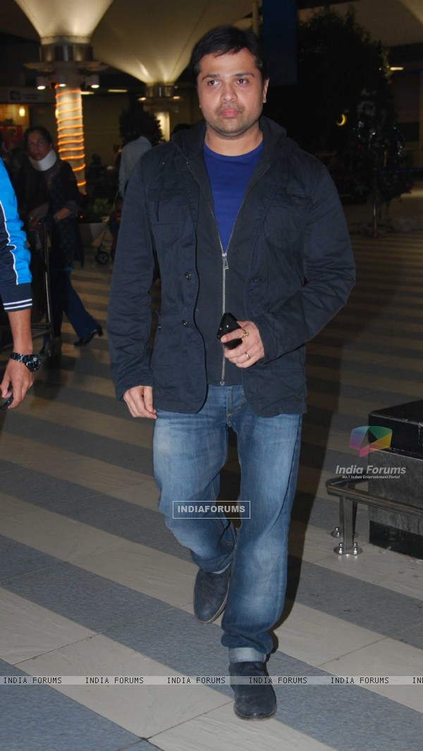 Himesh Reshammiya snapped at Airport returns from their vacation